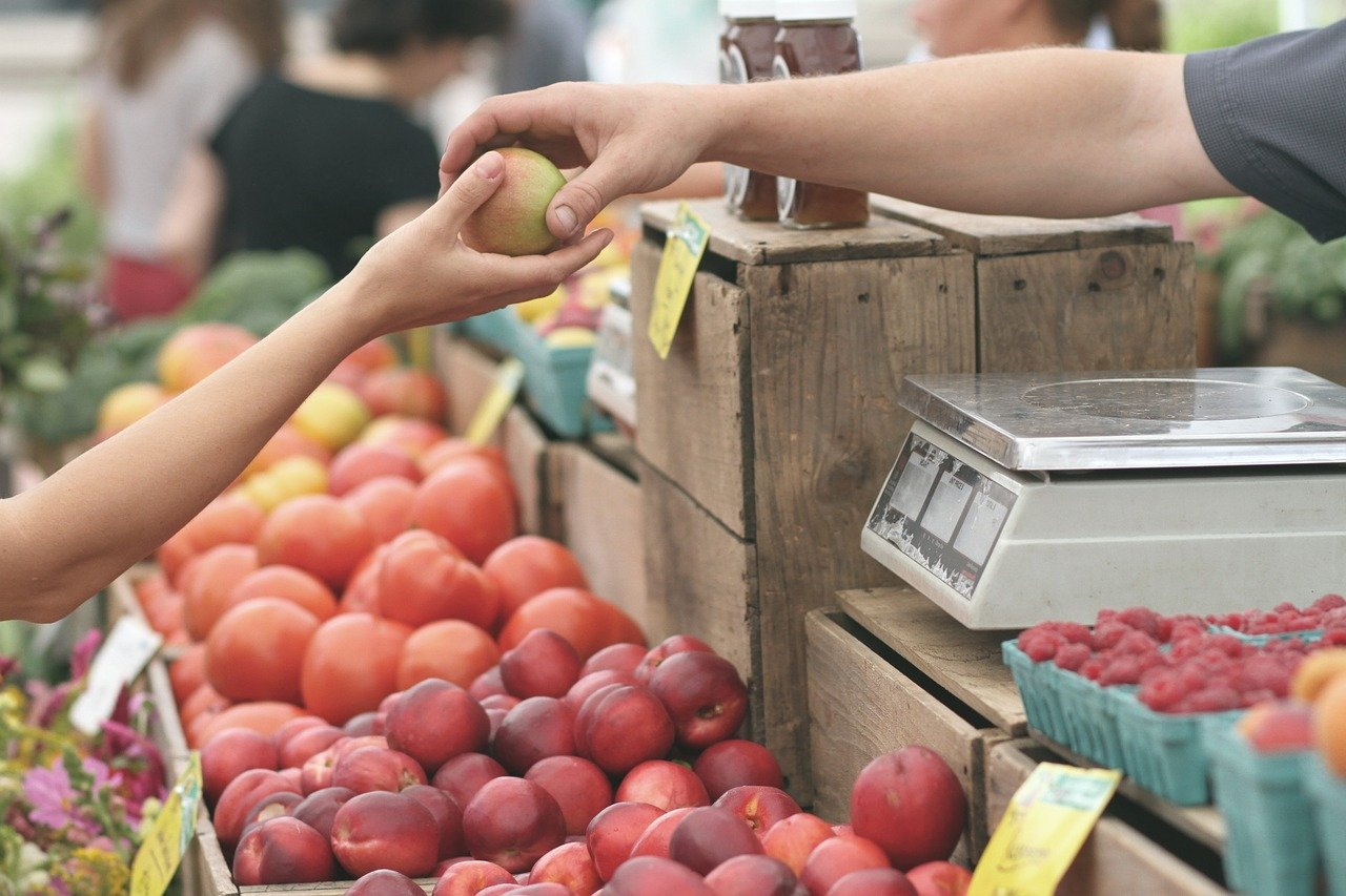 Food shopping at local market to reduce climate change